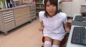 事務仕事中の看護師さん
