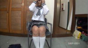 椅子に座る女子校生